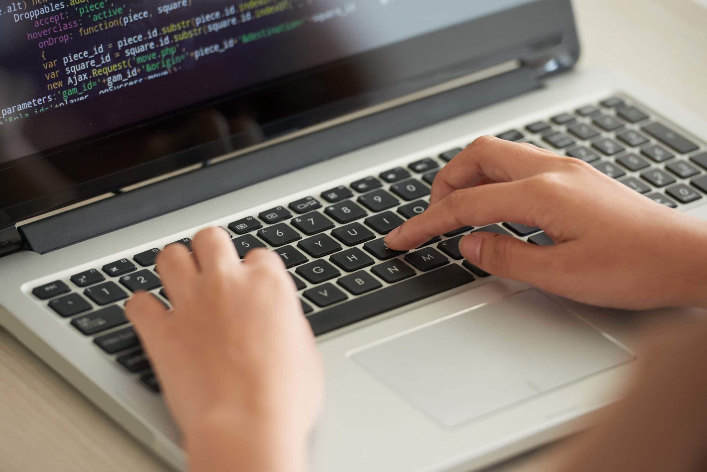 Programador trabajando en el código fuente de su proyecto.